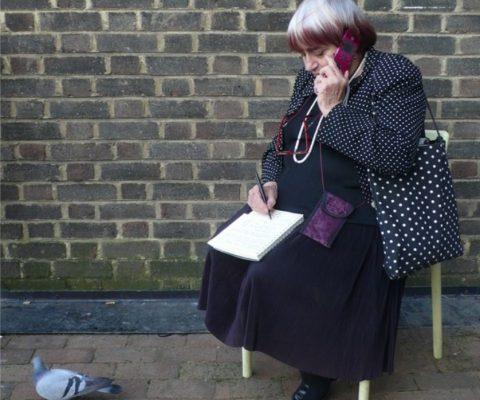 Agnès Varda au téléphone