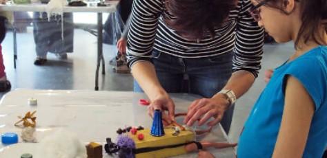 Enfant participant à l'atelier avec Yanine