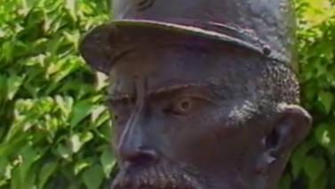 Un buste et un timbre à l'effigie du facteur Cheval et de son palais idéal