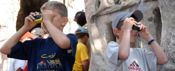 Enfants prenant des photos