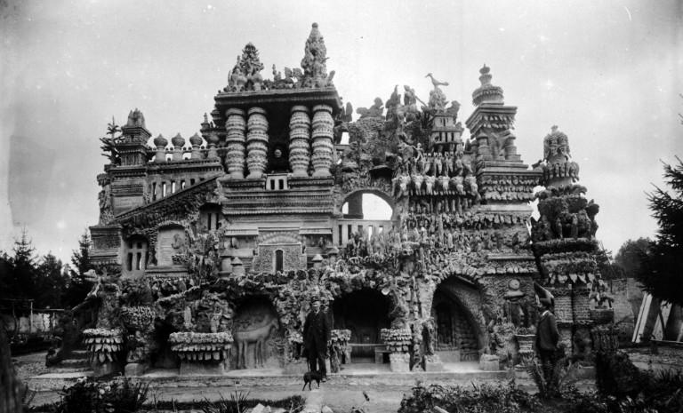 Ferdinand Cheval devant son palais idéal